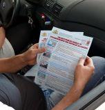 Пътна полиция раздава листовки на чужденци за правилата за движение в...