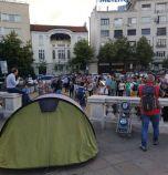 Първият протест срещу забраната за къмпингуване събра стотина пред парламента (снимки)