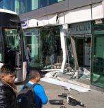 Автобус се блъсна в чакалнята на автогара в София (снимки)