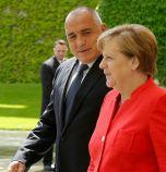 Меркел питала Борисов за защитни облекла, той за...