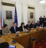 Депутатите от БСП даряват лаптопи за 20 000 лв. на бедни...
