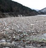 Започна почистването на острова от боклуци до Своге