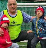 Борисов играе футбол с внучетата